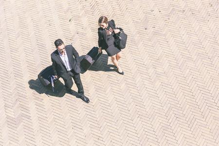 Poca gente de negocios con el bolso de la carretilla, Vista cenital Foto de archivo - 27689018