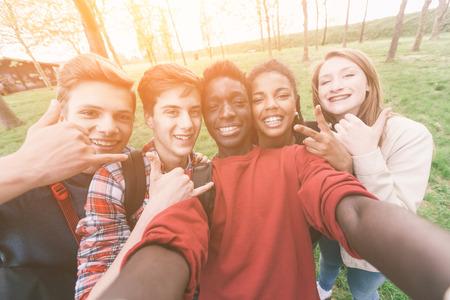 adolescente: Grupo de adolescentes multiétnicos Tomar un Selfie Foto de archivo