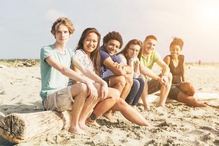 multiracial group: Grupo multirracial de amigos en la playa
