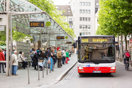 Friedensplatz のバス停でバスを待っているボン, ドイツ - 2014 年 5 月 6 日: 人 報道画像