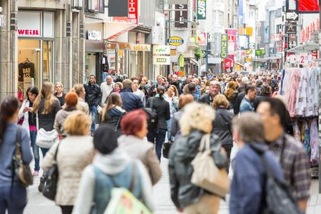 Keulen, Duitsland - 7 mei 2014: Drukke winkelstraat in Keulen