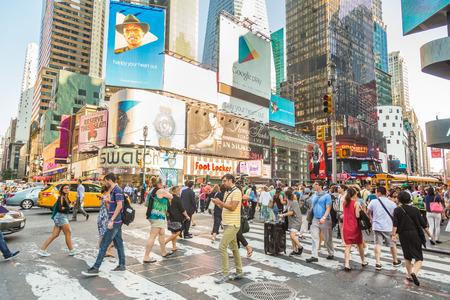 NEW YORK, Verenigde Staten - 20 augustus 2014: Times Square druk van toeristen in de late namiddag. Meer dan 300 duizend mensen een bezoek aan dit plein elke dag.