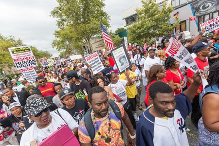 NEW YORK, Verenigde Staten - 23 augustus 2014: Duizenden maart in Staten Island tot de dood Eric Garner's door NYPD agenten protesteren.