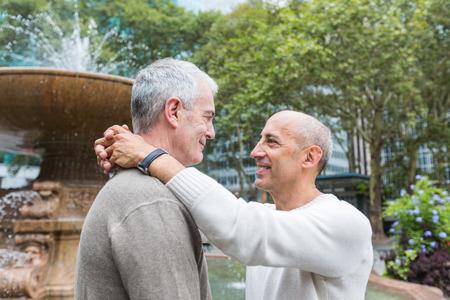 뉴욕의 공원에서 게이 커플