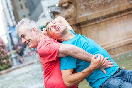 hombres gays: Pareja en el parque en Nueva York