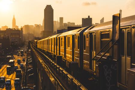 Tren de metro en Nueva York en la puesta del sol Foto de archivo - 31421701
