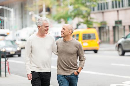 homosexuales: Gay Pareja Caminar en Nueva York