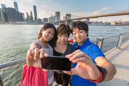 Japońscy turyści biorący Selfie w Nowym Jorku