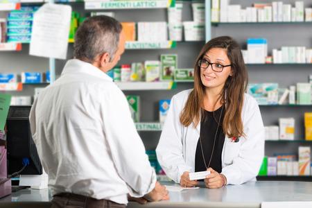 Farmacéutico y cliente en una Farmacia
