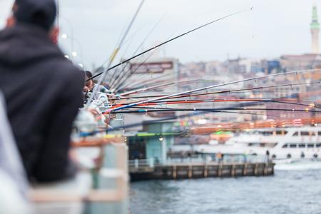 pesca: Las ca�as de pescar en el puente de Galata en Estambul