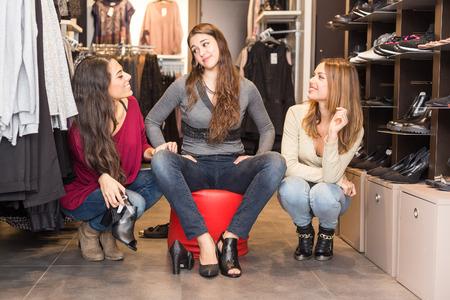 tienda zapatos: Mujeres que compran zapatos en una tienda