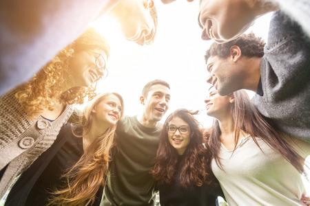 jeune fille: Multiethnique Groupe des amis dans un cercle Banque d'images