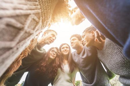 estudiante: Grupo multi�tnico de amigos en un c�rculo