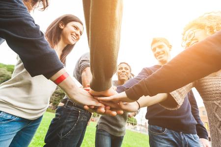 circulo de personas: Grupo multirracial de amigos con las manos en la pila, Trabajo en equipo