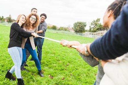 Multikulturelle Menschen spielen Tauziehen Standard-Bild
