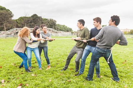 Las personas multirraciales que juegan esfuerzo supremo Foto de archivo - 34323079