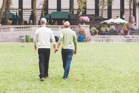 homosexuales: Pareja en el parque en Nueva York