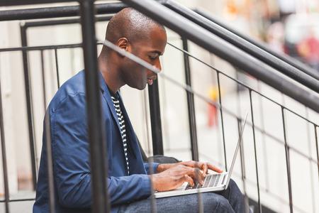 black guy: Negro individuo que usa el cuaderno en Nueva York