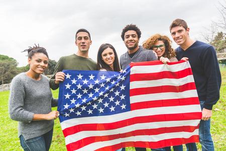 banderas americanas: Grupo multi�tnico de Amigos con la bandera de Estados Unidos