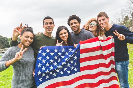 banderas america: Grupo multi�tnico de Amigos con la bandera de Estados Unidos