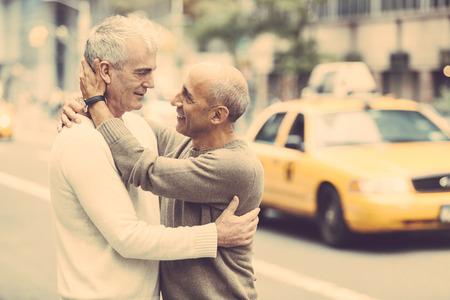 hombres gays: Pareja con tráfico en el fondo en Nueva York