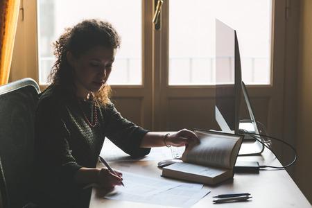 Jonge vrouw thuis werken, Small Office