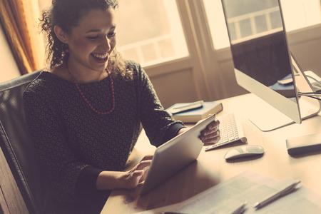gente feliz: Mujer joven que trabaja en el país, Small Office