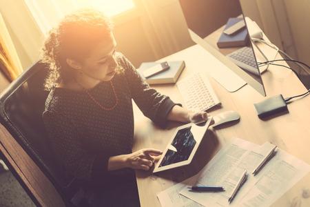 üzlet: Fiatal nő dolgozik otthon, kis irodai