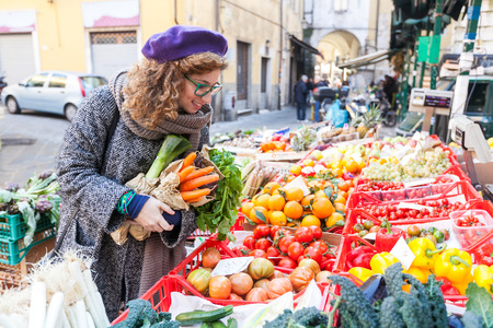 Young Woman Buying Vegetables at Local Market Imagens - 35115152