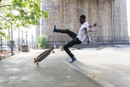 공원과 아래로 떨어지는에서 흑인 소년 스케이팅