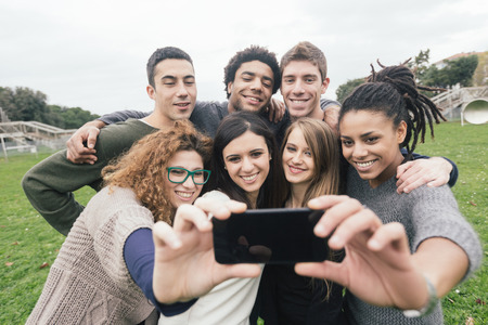 Selfie 公園で撮影の友人の多民族グループ 写真素材