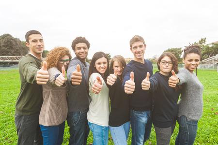 juventud: Grupo multi�tnico de Amigos con los pulgares para arriba Foto de archivo