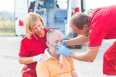 응급 처치를 제공하는 구조 팀 스톡 콘텐츠