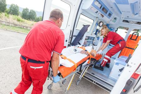 paciente en camilla: Equipo de rescate Proporcionar primeros auxilios