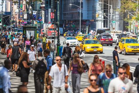 NEW YORK, États-Unis - 28 août 2014: Affluence 5th Avenue avec les touristes sur le trottoir et les taxis jaunes sur la rue. Éditoriale