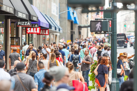 뉴욕, 미국 - 년 8 월 (28) : 2014 년 화창한 날에 관광객과 통근자와 5 번가에 보도 붐비는.