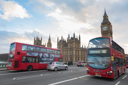 bus anglais: LONDRES, ROYAUME-UNI - 8 mars 2015: Palais de Westminster et Big Ben et le trafic sur le pont de Westminster au premier plan