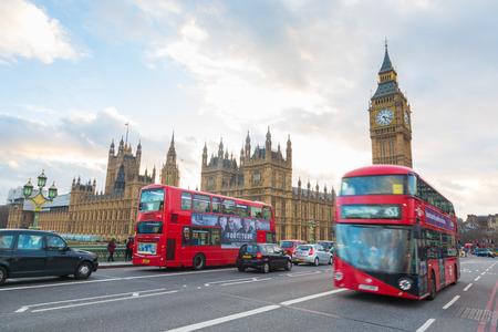 London, Großbritannien - 8. März 2015: Westminster-Palast und Big Ben und Verkehr auf Westminster Bridge im Vordergrund Editorial