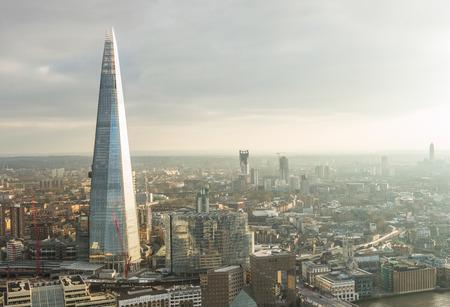 cenital: Vista a�rea de Londres con El rascacielos Fragmento y el r�o T�mesis al atardecer con nubes grises en el cielo