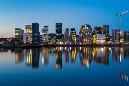Moderne gebouwen in Oslo bij schemering.