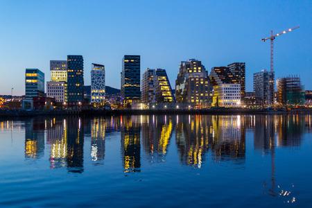 Les bâtiments modernes à Oslo au crépuscule. Banque d'images - 39879547