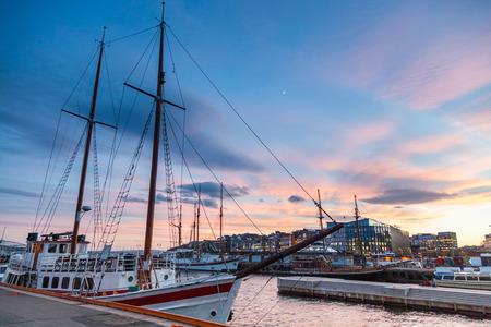 bateau: Oslo port avec des bateaux et yachts au crépuscule. Il ya deux bateaux privés et touristiques, et sur certains bâtiments modernes. Banque d'images