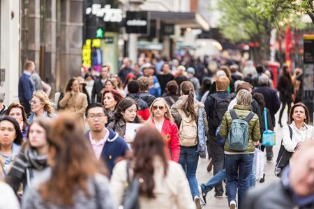 multitud: LONDRES, REINO UNIDO - 17 de abril de 2015: Atestado acera en Oxford Street, con los viajeros y turistas de todo el mundo.