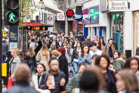 multitud de gente: LONDRES, REINO UNIDO - 17 de abril de 2015: Atestado acera en Oxford Street, con los viajeros y turistas de todo el mundo.