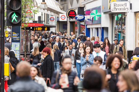 LONDON, UNITED KINGDOM - APRIL 17, 2015: Crowded sidewalk on Oxford Street with commuters and tourists from all over the world. 에디토리얼