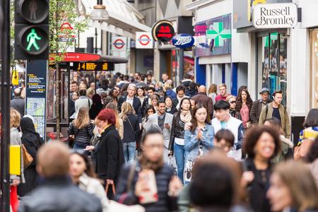 menschenmenge: London, Gro�britannien - 17. April 2015: Beengt B�rgersteig auf der Oxford Street mit Pendlern und Touristen aus der ganzen Welt. Editorial