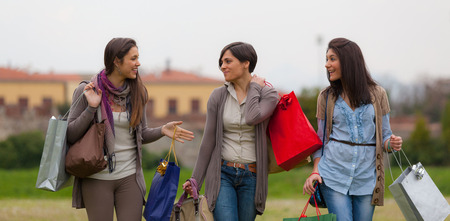 mujeres fashion: Mujeres jóvenes en el parque después de las compras