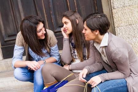femmes souriantes: Groupe de femmes parlant au téléphone mobile