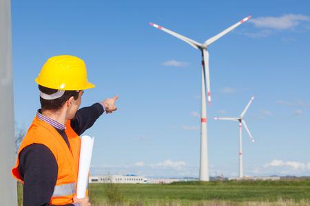 viento: Ingeniero t�cnico en la estaci�n de generador de energ�a de turbina de viento Foto de archivo