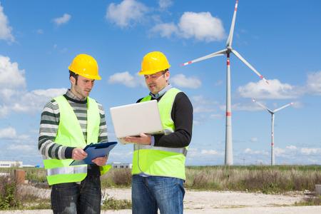 風力タービンの発電で 2 人のエンジニア 写真素材